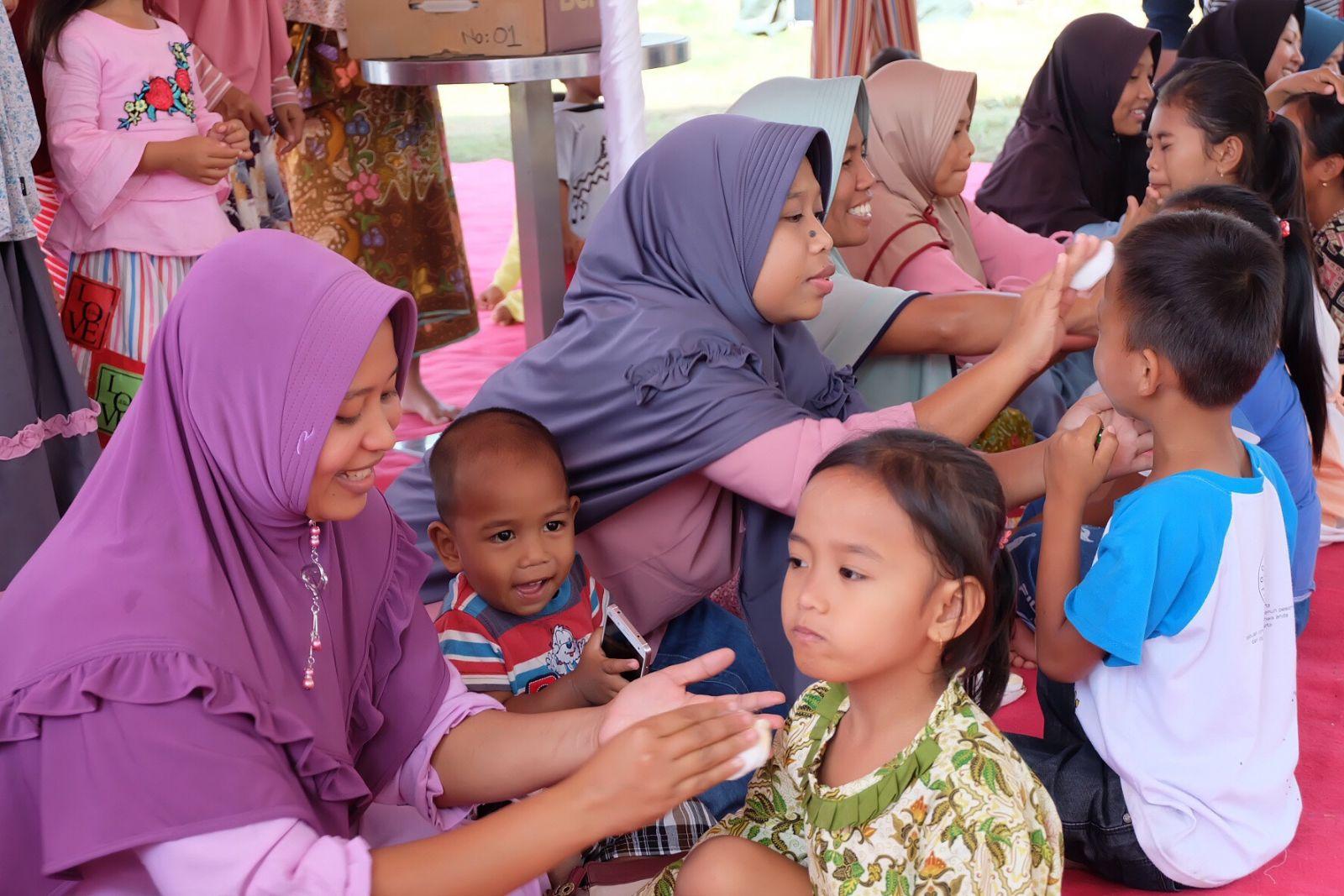 Sentuhan ibu kepada anak memiliki kekuatan sendiri yang dapat mengurangi rasatrauma dari bencanagempa bumi yang menimpa Lombok tahun 2018 lalu. (Sumber foto: NIVEA)