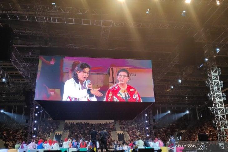 Menteri Keuangan Sri Mulyani (kiri) dan Menteri Kelautan dan Perikanan Susi Pudjiastuti saat menjadi pembicara di Ignite The Nation di Istora Senayan, Minggu, (18/8/2019). (Sumber foto: ANTARA News/Natisha Andarningtyas)