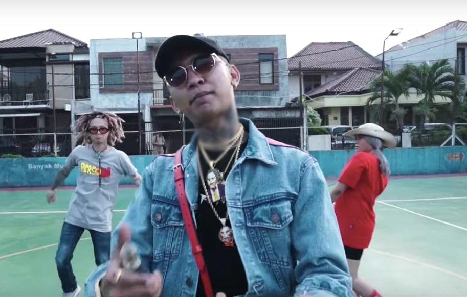 Sexy Goat dan Italiani menyampaikan pesan yang disampaikan dari lagu Lah Bodo Amat karya Rapper Muda Young Lex adalah untuk masa bodo dengan penindasan.