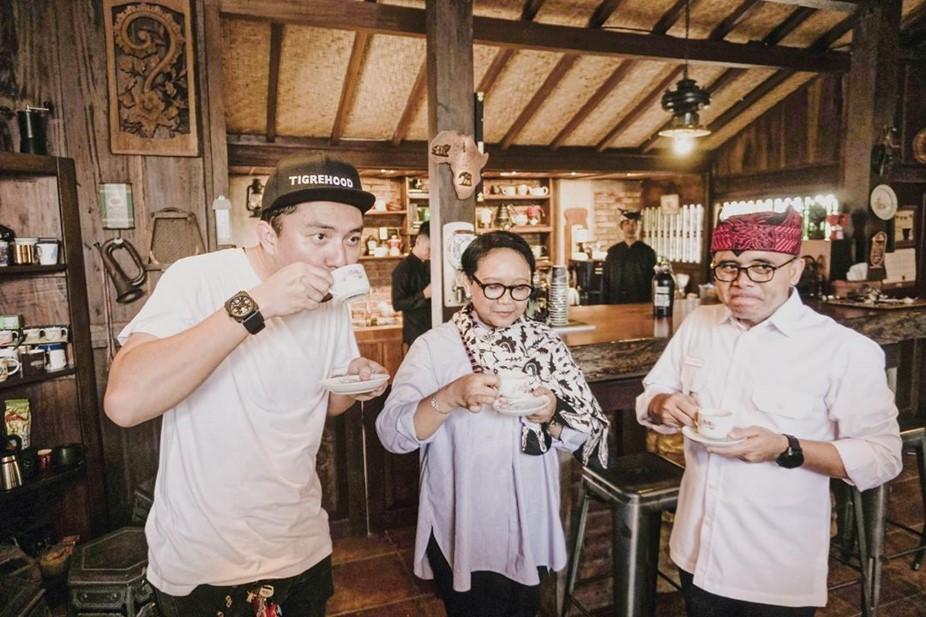 Ananda Omesh menikmati kopi khas Banyuwangi bersama Menlu Retno dan Bupati Anas. (Foto:Instagram/@omeshomesh)
