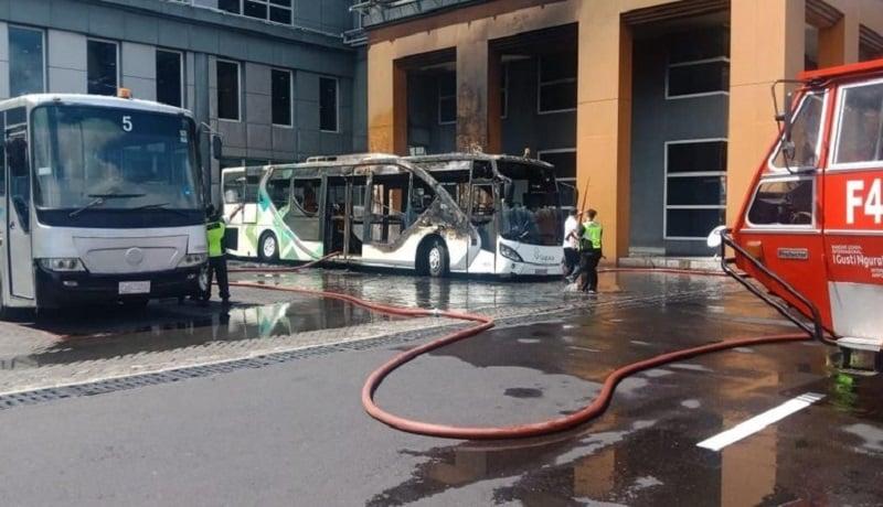Bus operasional yang terbakar di Bandara Ngurah Rai Bali. (dok)