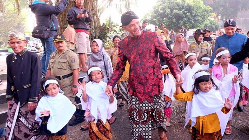 Gubernur Jateng Ganjar Pranowo hadir dalam acara ruwat rambut gembel di Festival Sindoro Sumbing (foto: Wening Tyas)
