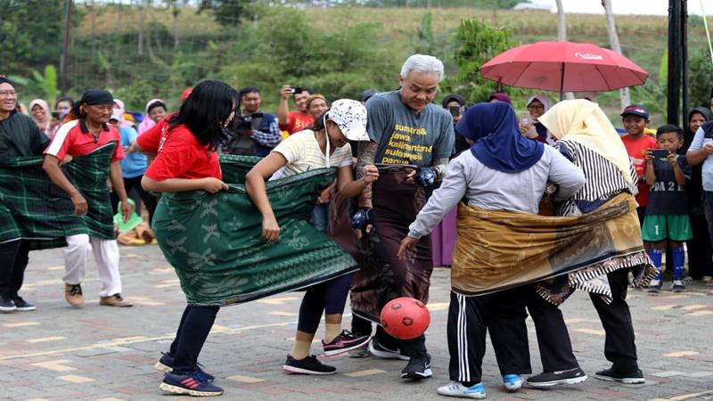 Ganjar berebut bola saat bertandng futsal melawan tim emak-emak (foto: Dibyo)