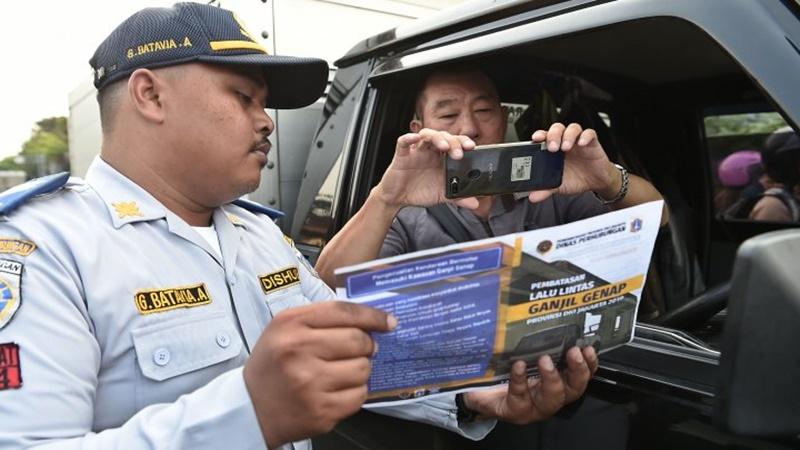Dishub DKI sosialisasikan aturan ganjil genap yang diperluas (foto: Antara)