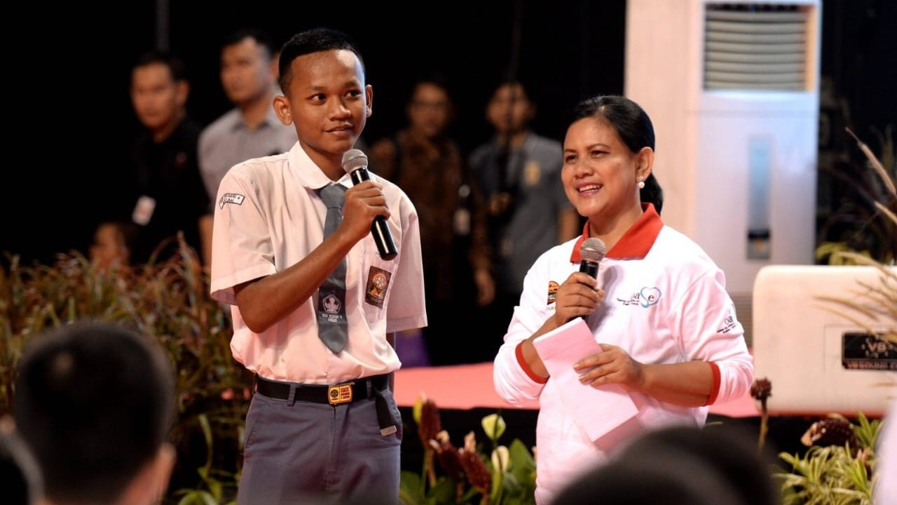 Ibu Iriana Joko Widodo sedang memberikan kuis kepada seorang siswa SMK. (Foto: Biro Setpres)