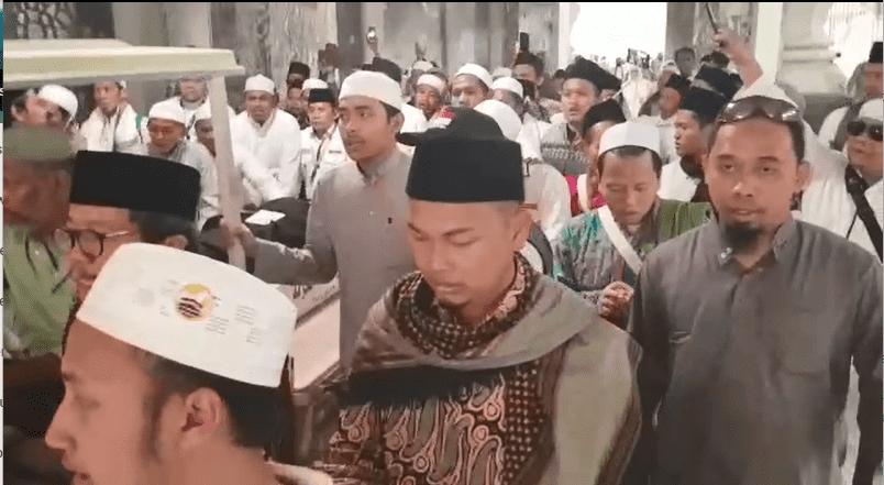 Jenazah Mbah Moen dihantar ke pemakaman Ma'la. (Foto: Konjen RI di Jeddah Hery M Saripudin)