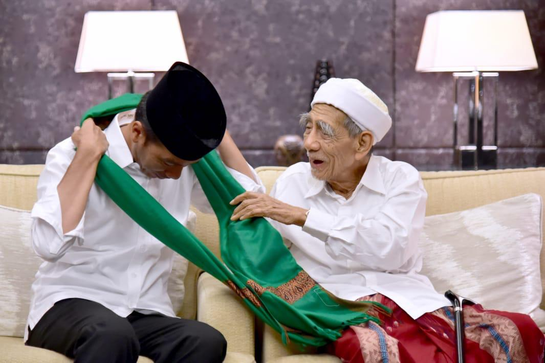 Momen ketika Mbah Moen mengalungkan sorban kepada Jokowi. (Foto: Biro Setpres)