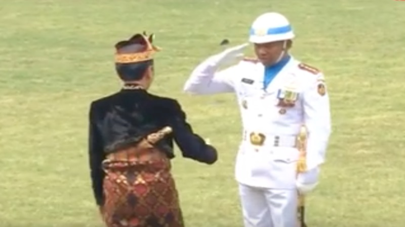 Upacara pengibaran bendera pada 17 Agustus 2019 jadi sejarah bagi Hariyo Poernomo. Sang komandan upacara didatangi dari diajak salaman oleh Presiden Jokowi (foto: Biro Pers Setpres)