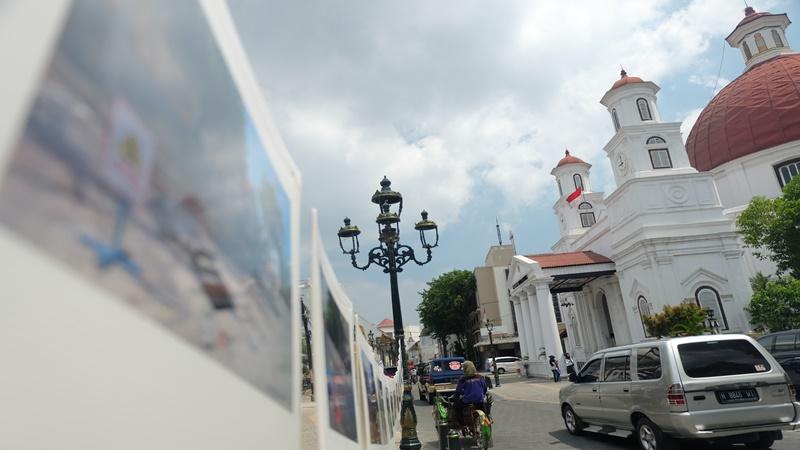 Hingga saat ini, Kota Lama belum bebas dari kendaraan bermotor yang cukup mengganggu aktivitas wisatawan di sana (foto: Gus Wahid).