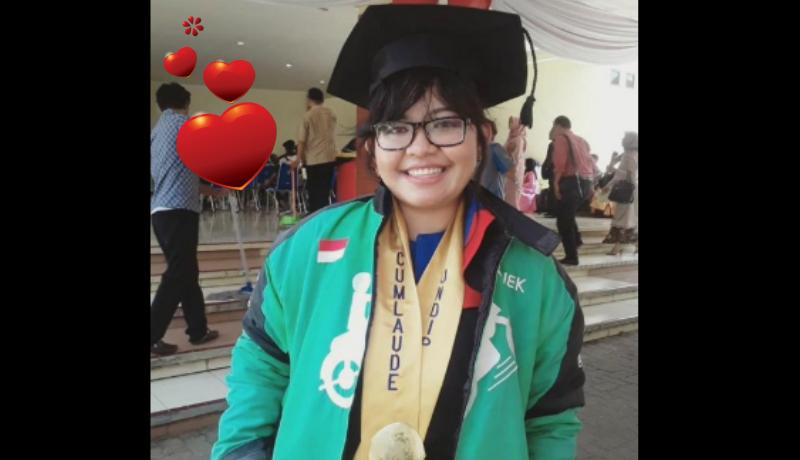 Gadis cantik ini lulusan UNDIP Semarang, Cum Laude, dan semangat jadi driver ojol. Sungguh inspiratif! (Foto : Istimewa)