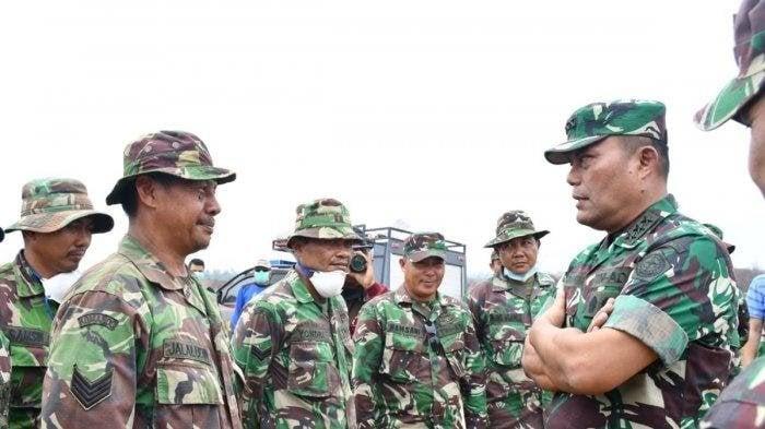 Kepala Staf Umum TNI, Letjen TNI Joni Supriyanto (kanan) meninjau Satgas Karthutla Riau, Sabtu (10/8). (Foto: Puspen TNI).