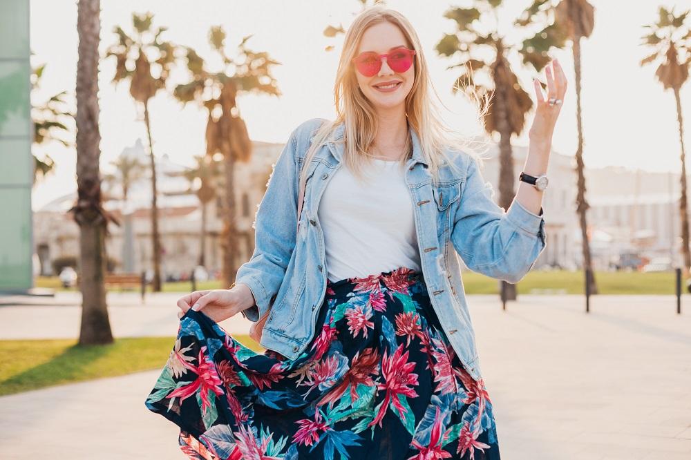 3 Inspirasi Outfit Stylish untuk Hangout Saat Musim Hujan