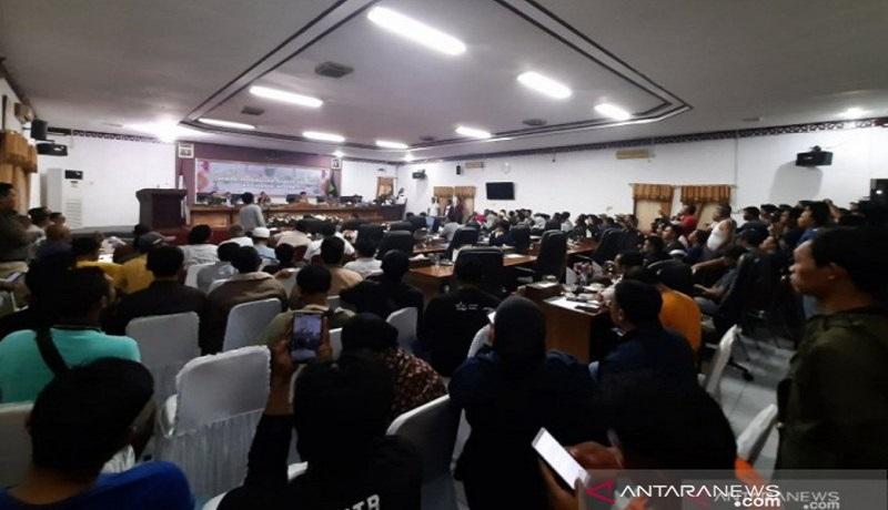 Warga memadati kantor DPRD Natuna, Kepri terkait kabar pemulangan WNI dari China ke daerah tersebut. Foto: Antara