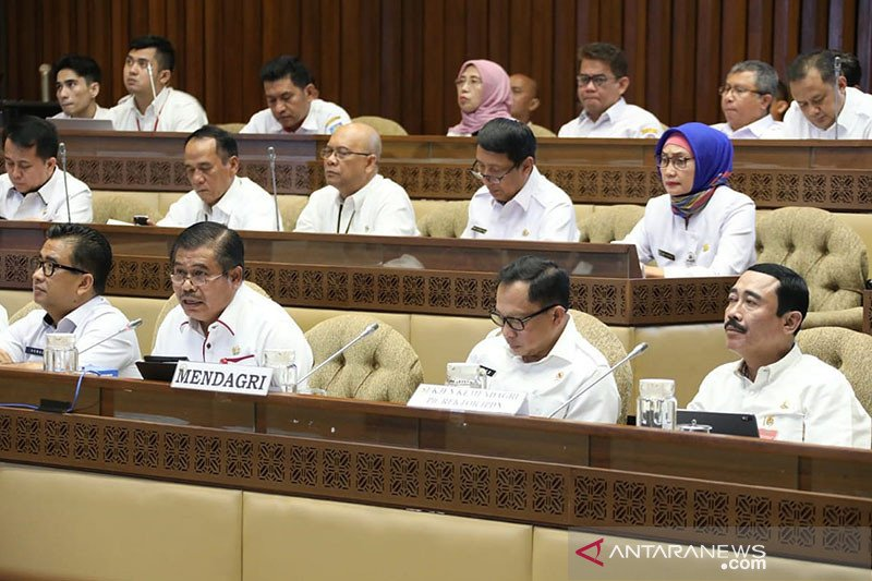 Menteri Dalam Negeri (Mendagri) Tito Karnavian (Kedua Kanan) didampingi Sekretaris Jenderal Kementerian Dalam Negeri Hadi Prabowo (Pertama Kanan) saat Rapat Dengar Pendapat bersama Komisi II DPR RI di Senayan, Jakarta, Rabu (22/1). (Foto: Antara/HO/Puspen