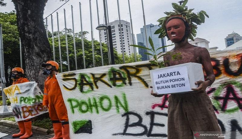 Aktivis Walhi melakukan aksi di depan gedung Balai Kota Jakarta. Foto: Antara