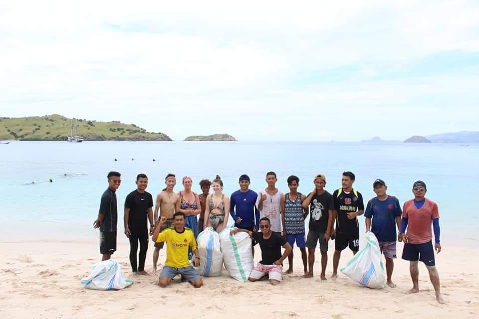 Kegiatan bersih-bersih di Pantai Merah oleh komunitas Kogeta (Foto: dok. Komunitas Kogeta)