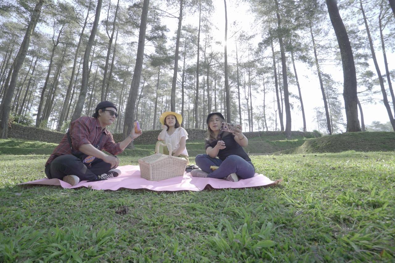 Piknik seru di Orchid Forest Cikole (Foto: Sapta/GenPI.co)
