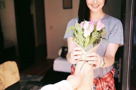 Bunga menjadi salah satu hadiah yang menarik untuk pasangan saat Valentine. (Foto: Pixabay)