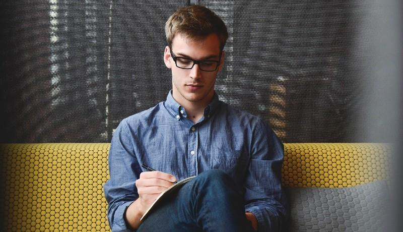 Ilustrasi : Pria introvert suka mengamati sebuah hubungan (foto : lifehacks)