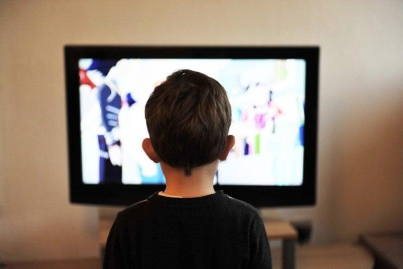 Ilustrasi nonton televisi. (Foto: Pixabay)