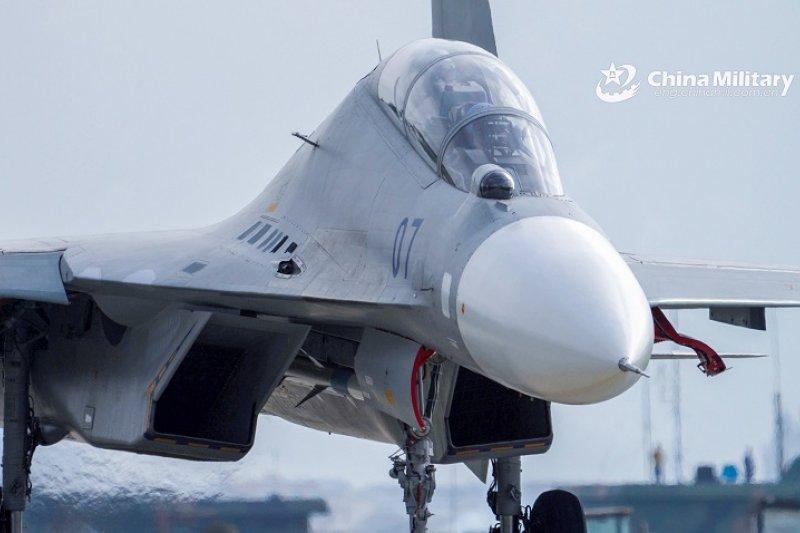 Salah satu pesawat tempur China yang menjadi bagian dari kekuatan yang dikerahkan ke Selat Taiwan. (Foto: Antara/HO-ChinaMilitary/mii)