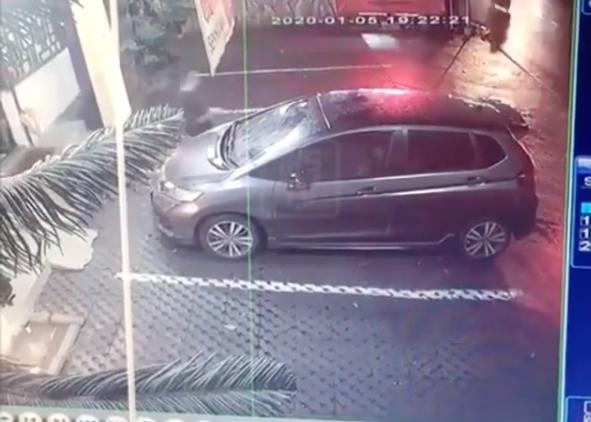 Cuplikan cctv detik-detik pelaku membawa kabut Honda Jazz. (Foto: Instagram/@infokejadiansemarang)