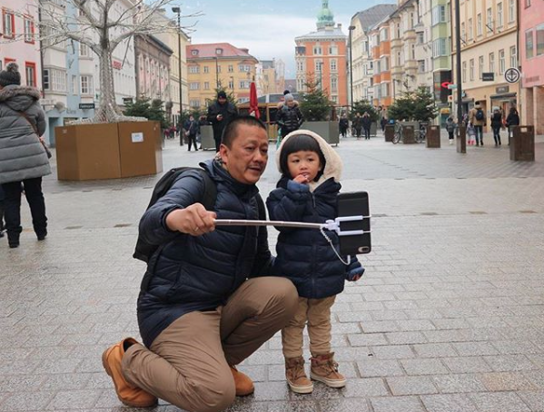 Irfan Setiaputra swafoto dengan cucunya sat libutan ke Eropa. (Foto: Instagram/@setiaputrairfan)