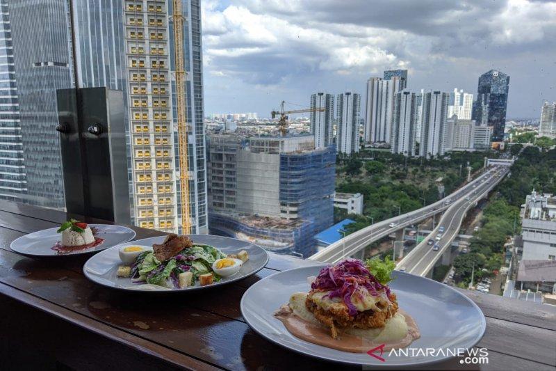 Destinasi romantis saat merayakan Valentine bersama pasangan adalah di rooftop Costess Cafe & Bar di Kuningan, Jakarta. (Foto: Antara/Nanien Yuniar)