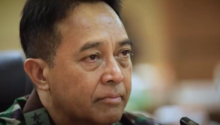 KSAD Jenderal TNI Andika menangis saat dengar curhatan petugas medis (Foto: YouTube TNI AD)