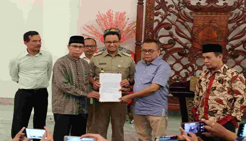 Gubernur DKI Jakarta Anies Baswedan menunjukan surat usulan cawagub DKI Jakarta di Balai Kota Jakarta, Selasa (21/1). Foto: Antara