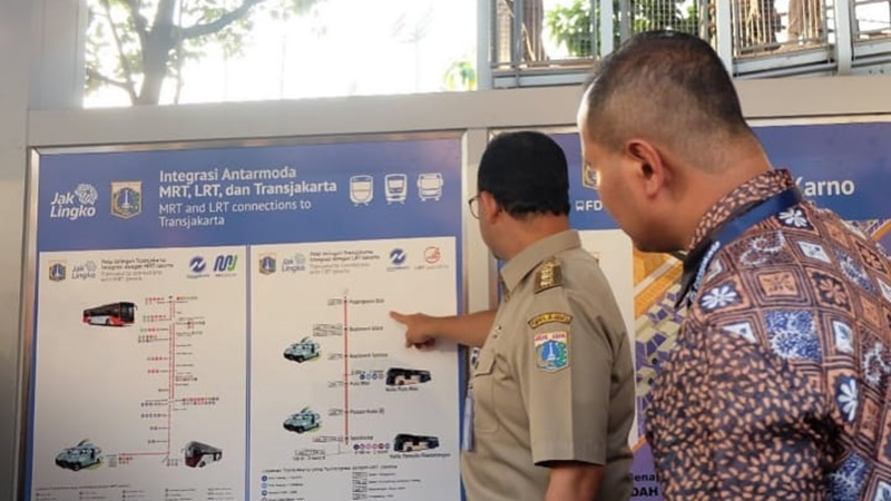 Anies Baswedan saat menjelaskan moda transportasi massal di Jakarta (foto: IG @pt_transjakarta)
