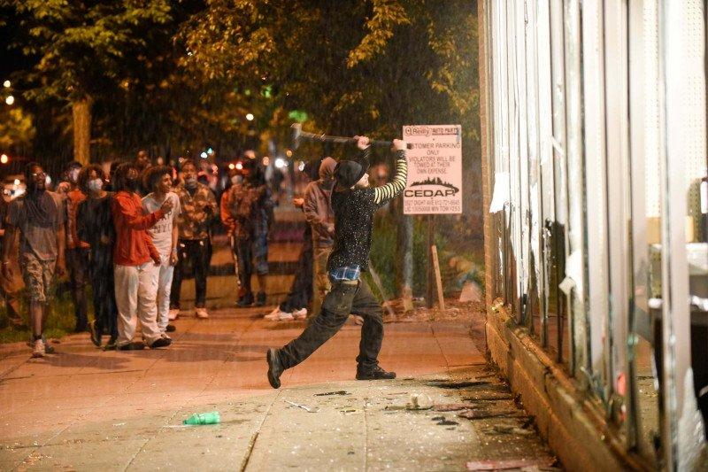 Satu Kota Rusuh Buntut Kekerasan yang Dilakukan Oknum Polisi