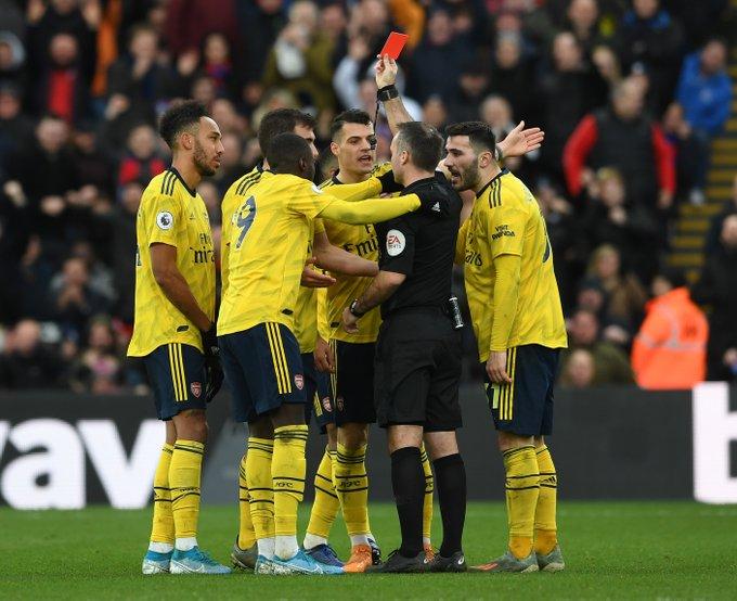 Para pemain Arsenal memprotes wasit. Foto: Twitter/Arsenal