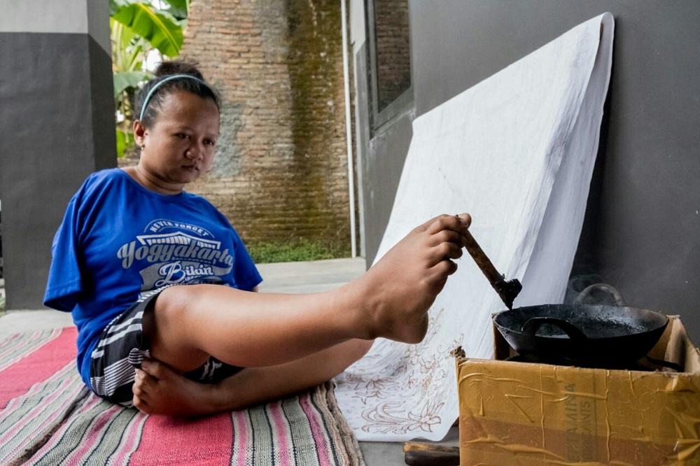 Ayu Tri Handayani perajin batik tulis dengan kaki. (Foto: dok. pribadi)