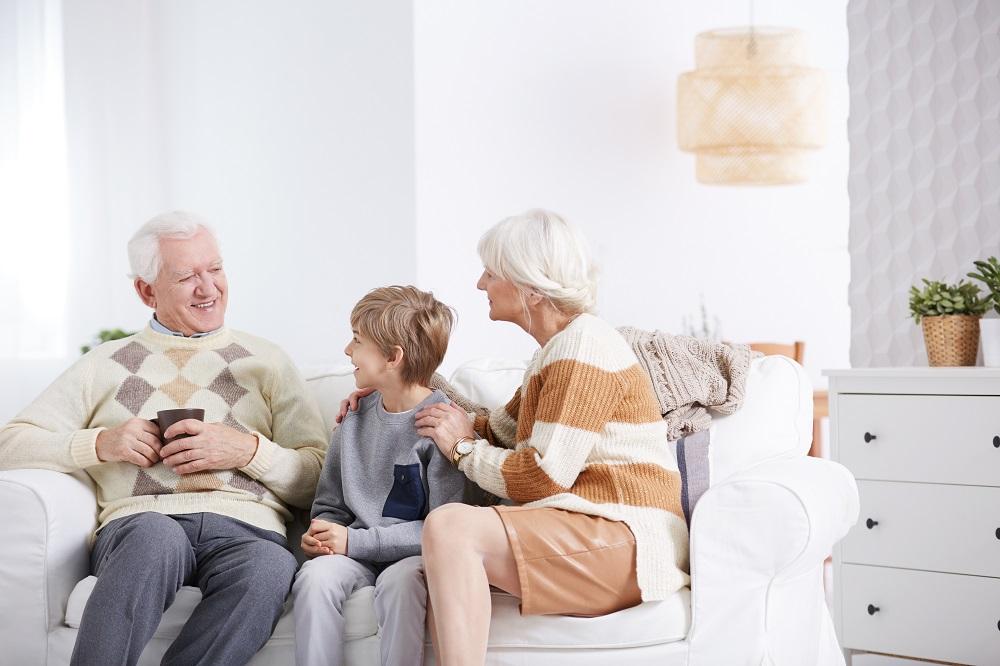 Banyak manfaat bagi anak jika punya ikatan dengan kakek & neneknya. (Foto: Elements Envato)