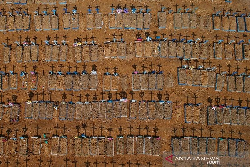 Foto udara bayangan salib di pemakaman Parque Taruma, di tengah penyebaran penyakit virus korona (COVID-19) di Manaus, Brazil, Senin (15/6) Foto: Antara/Reuters/Bruno Kelly/foc/cfo)