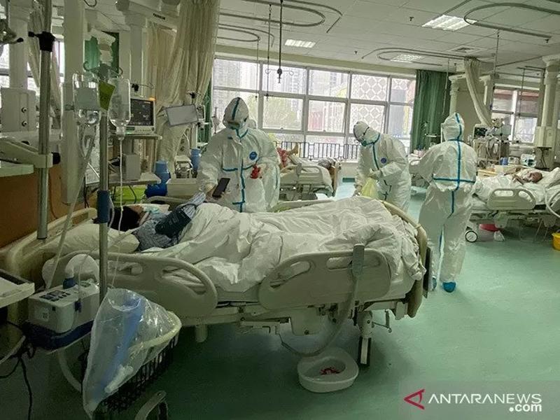 Foto yang diunggah ke media sosial pada 25 Januari 2020 oleh Rumah Sakit Pusat Wuhan menunjukkan staf medis merawat pasien, di Wuhan, China. ANTARA/REUTERS/Weibo/aa. (via REUTERS/Social Media)