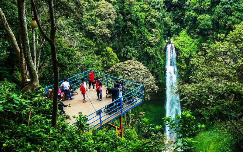 Curug CImahi, salah satu surga alam yang wajib dikunjungi. (Foto: Wisata Bagus)