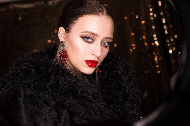 Cewek Pakai Lipstik Merah Bikin 3 Zodiak ini Kelepek-kelepek