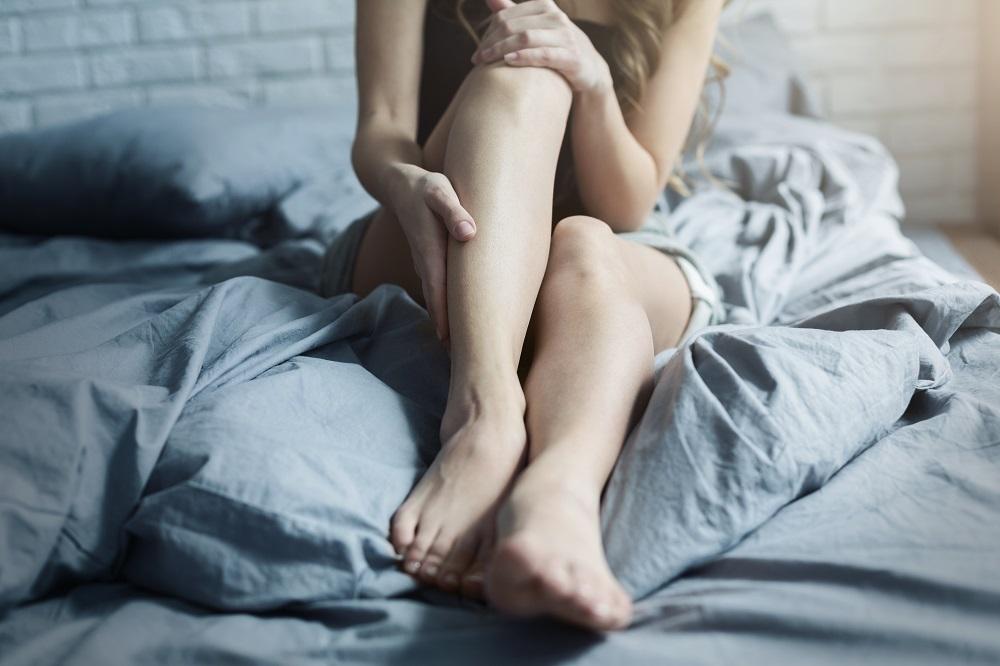 Beberapa cara bisa dilakukan untuk merawat kaki yang meiliki bintik-bintik hitam alias strawberry legs. (Foto: Elements Envato)