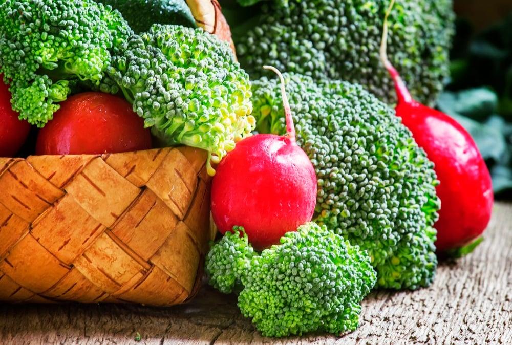 Brokoli dan tomat kerap dikonsumsi secara salah. (Foto: Elements Envato)