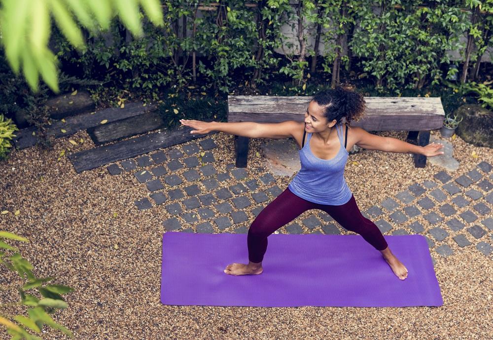 Beberapa gerakan sederhana yoga bisa meratakan kembal perut yang maju. (Foto: Elements Envato)