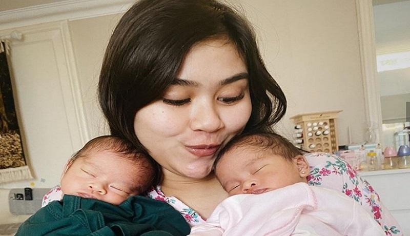 Syahnaz bersama anak kembarnya. Foto: Instagram/@syahnazs