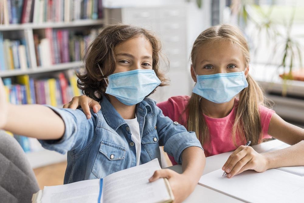 Ilustrasi anak menggunakan masker (Foto: Freepik)