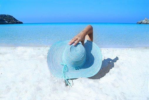 ilustrasi perempuan sedang liburan (Foto: Pixabay)