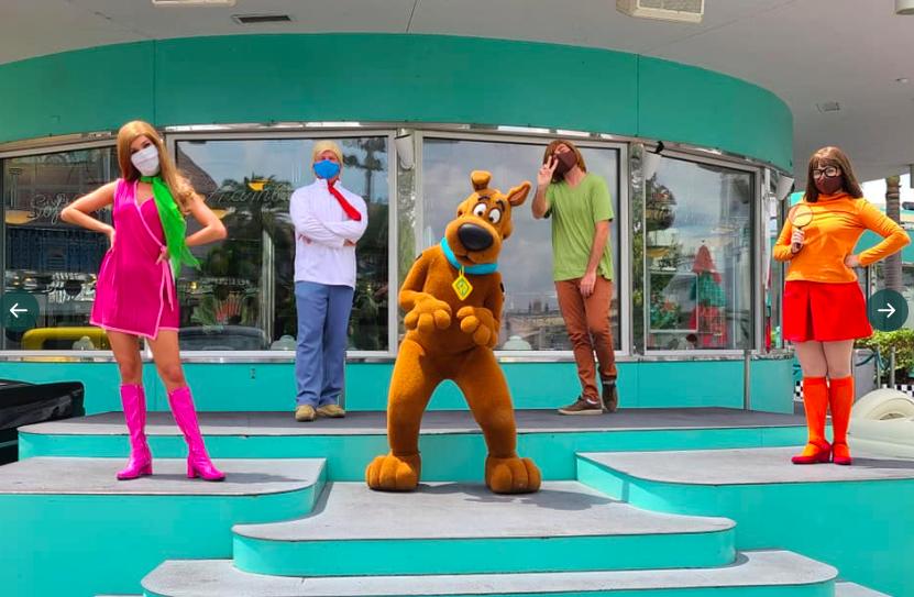 Karakter animasi di Universal Studio, Orlando mengenakan masker (foto: Twitter/@JohnMarecekTrav)
