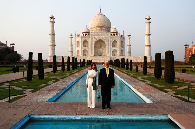 Presiden AS Donald Trump dan first lady Melania Trump berpose di depan bangunan bersejarah Taj Mahal, di Agra, India, Senin (24/2/2020). (Foto: Antara/Reuters)