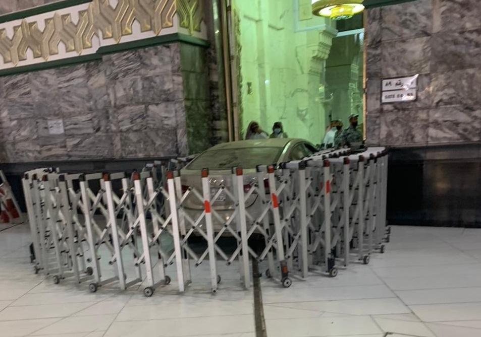 Ngeri, Sebuah Mobil Sedan Menabrak Pintu Masjidil Haram
