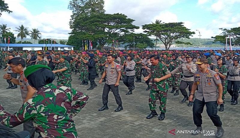 Panglima TNI Marsekal TNI Hadi Tjahjanto dan Kapolri Jenderal Pol. Idham Azis menari bersama prajurit di Lantamal IX Ambon, Maluku, Jumat (17/1). Foto: Antara