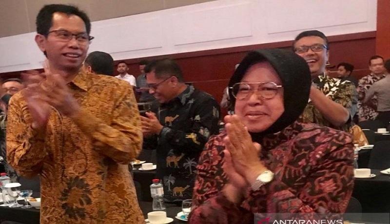 Wali Kota Surabaya Tri Rismaharini saat berjoget Maumere didampingi Ketua DPRD Kota Surabaya Adi Sutarwiyonodi. Foto: Antara
